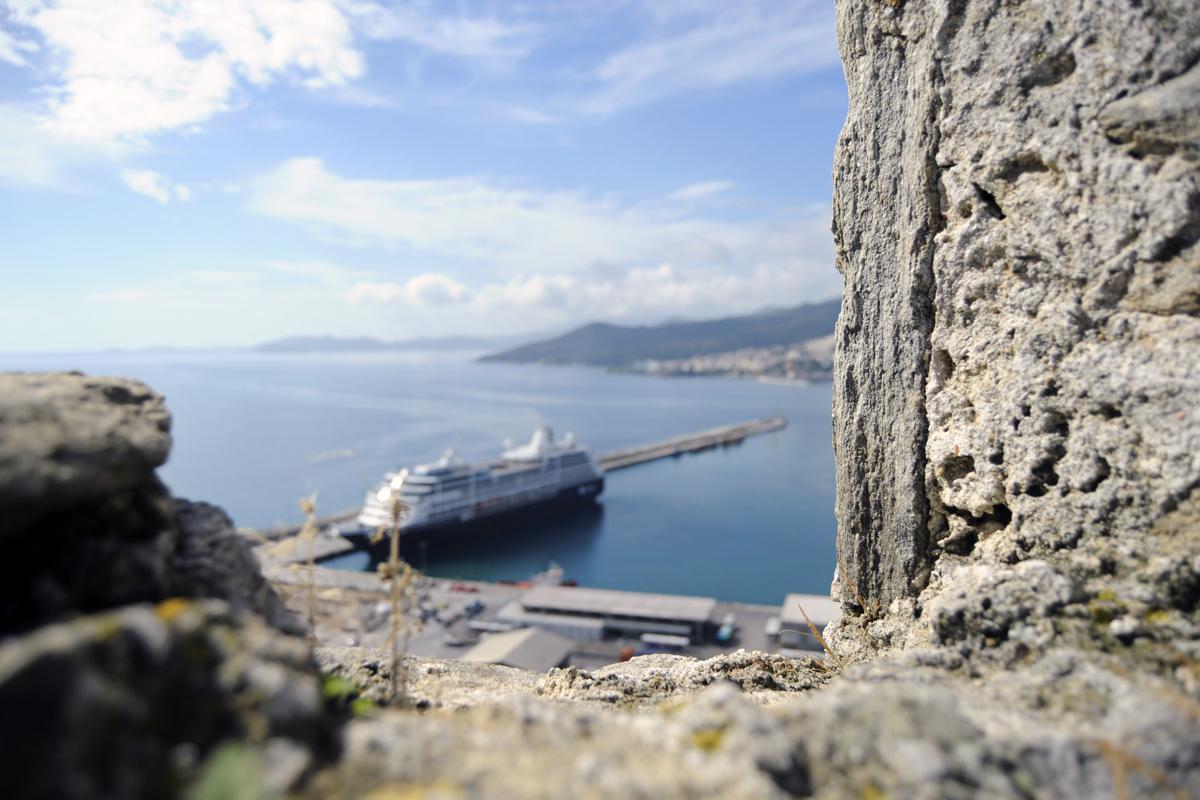 Blick von der Festung auf den Hafen- Foto von Ntinos Thomadakis