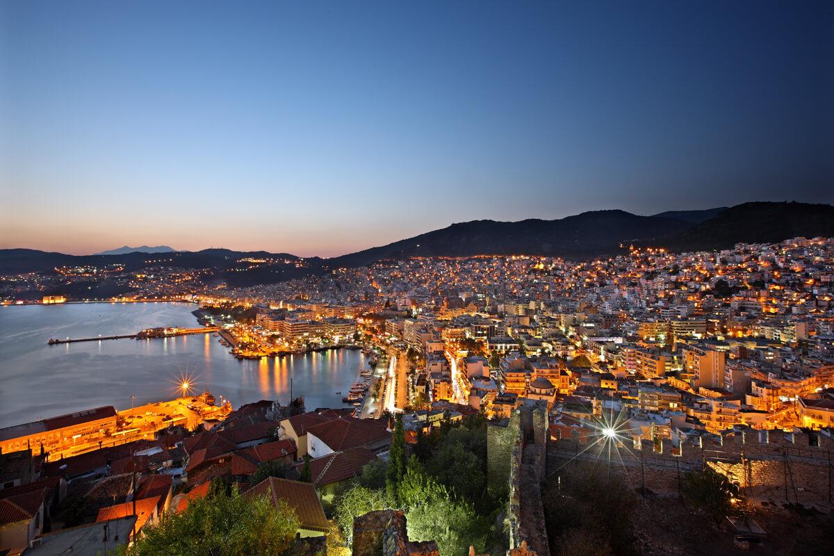 Νυχτερινή άποψη της Καβάλας - φωτογραφία Ηρακλής Μήλας