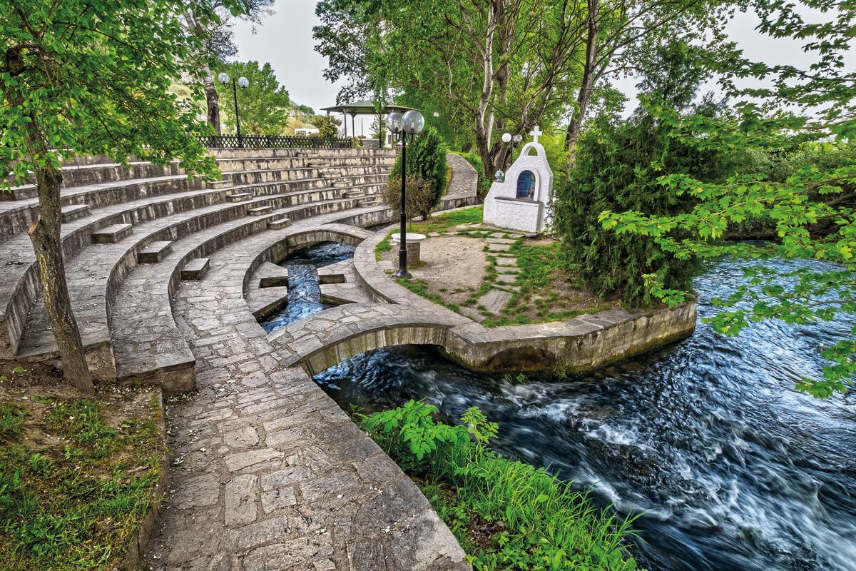 Υπαίθριο Βαπτιστήριο στον ποταμό Ζυγάκτη - φωτογραφία Γιάννης Γιαννέλος