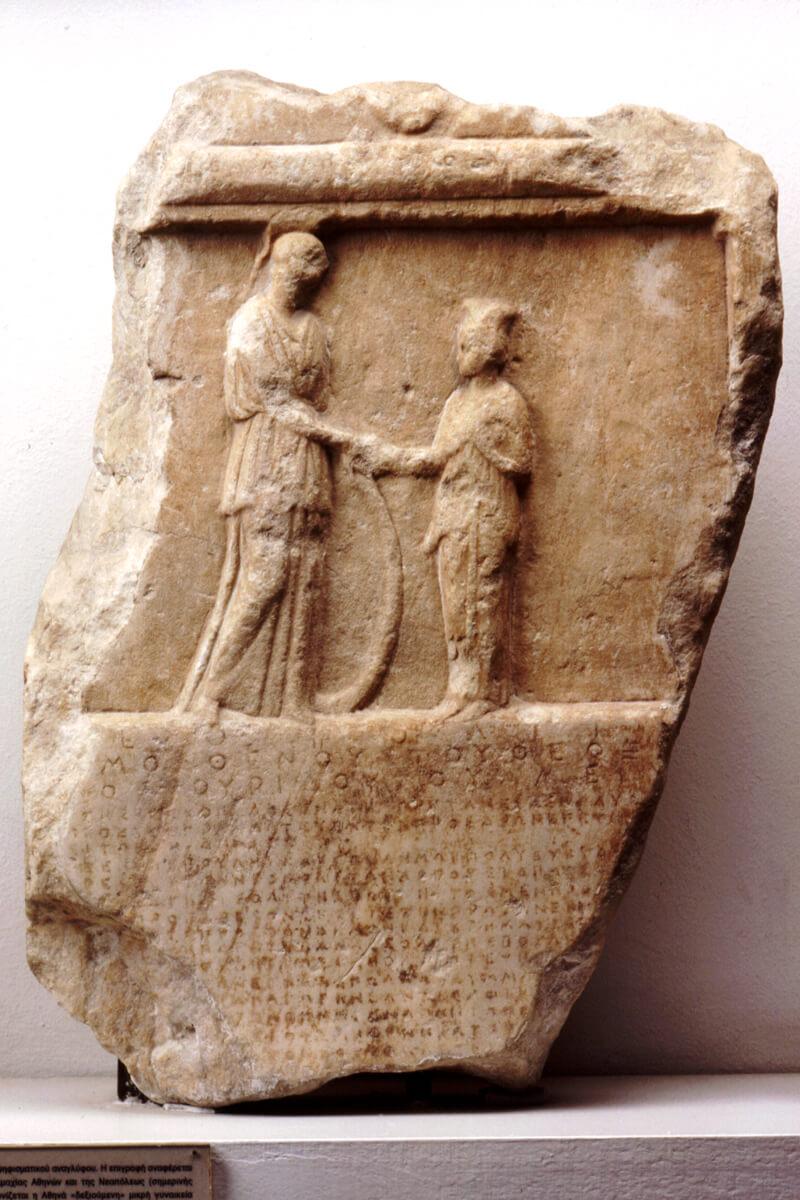 Γύψινο αντίγραφο τιμητικού ψηφίσματος των Αθηναίων για τους Νεαπολίτες επί Ελπίνου άρχοντος. Εικονίζεται παράσταση Αθηνάς και Παρθένου - φωτογραφία αρχείο Αρχαιολογικού Μουσείου Καβάλας