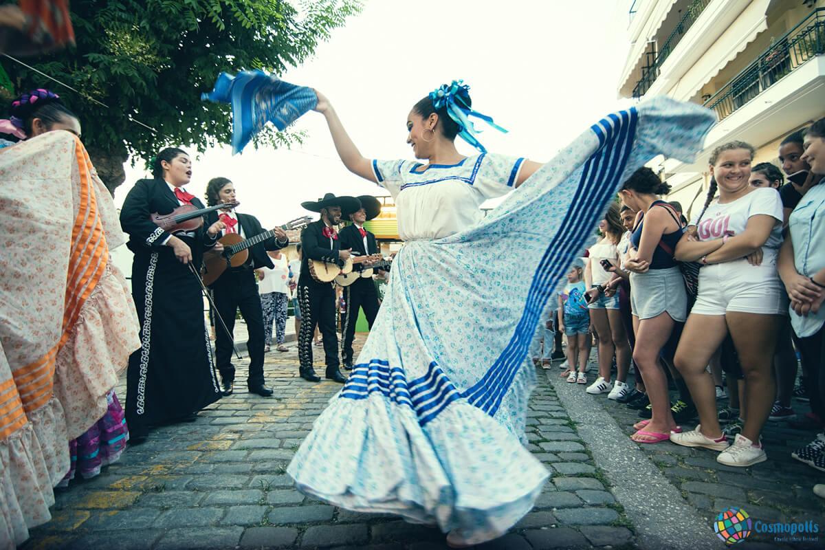 Χορεύτρια στα περίπτερα χωρών - Φωτογραφία Γιάννης Μαγδαλασίδης