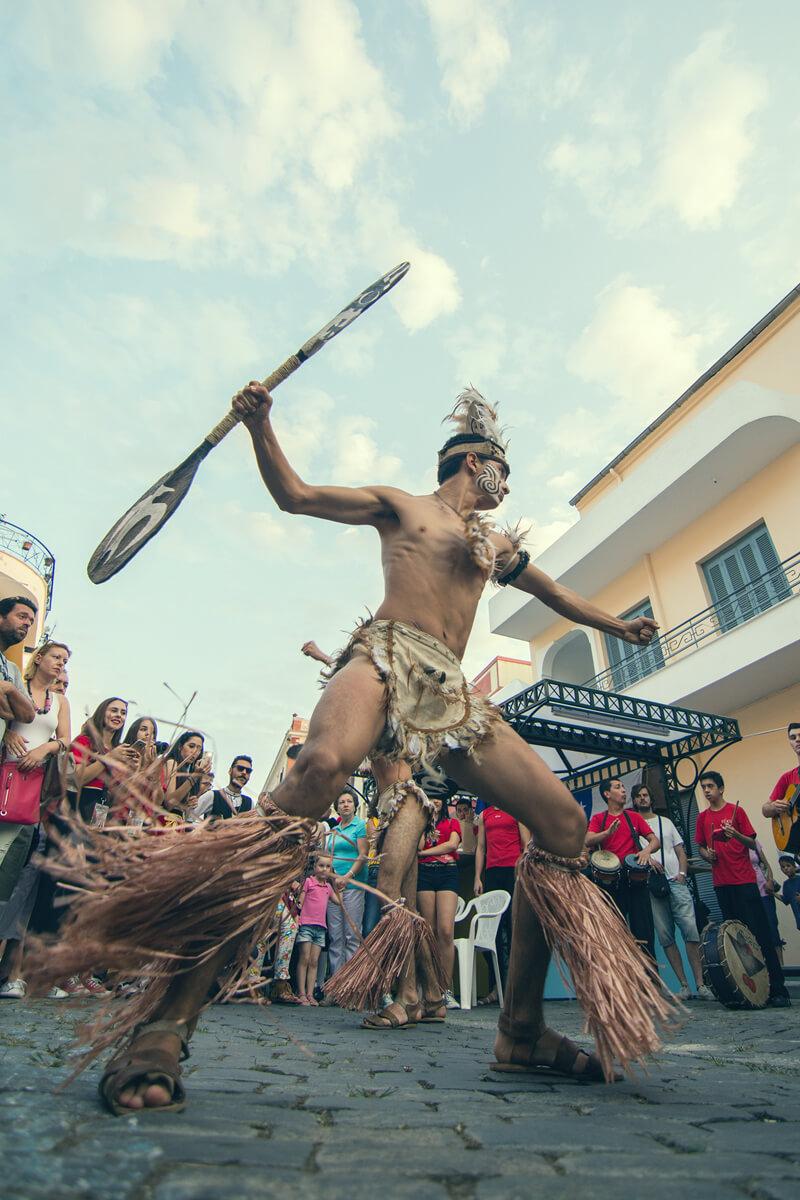 Χορευτής στα περίπτερα χωρών - Φωτογραφία Γιάννης Μαγδαλασίδης
