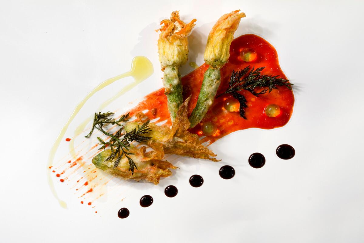 Κολοκυθολούλουδα τηγανιτά γεμιστά με φέτα Θάσου και κουλί κόκκινης πιπεριάς με τζίντζερ - φωτογραφία Artware