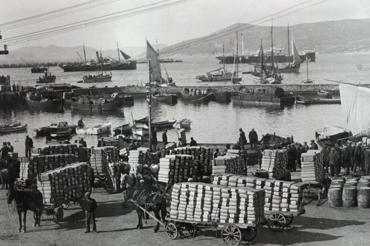 Μεταφορά και φόρτωση καπνών στο λιμάνι Καβάλας: φωτογραφία αρχείο Μουσείου Καπνού Καβάλας