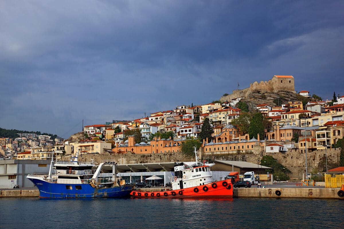 Порт Кавалы на фоне старого города -фотография Ираклиса Миласа