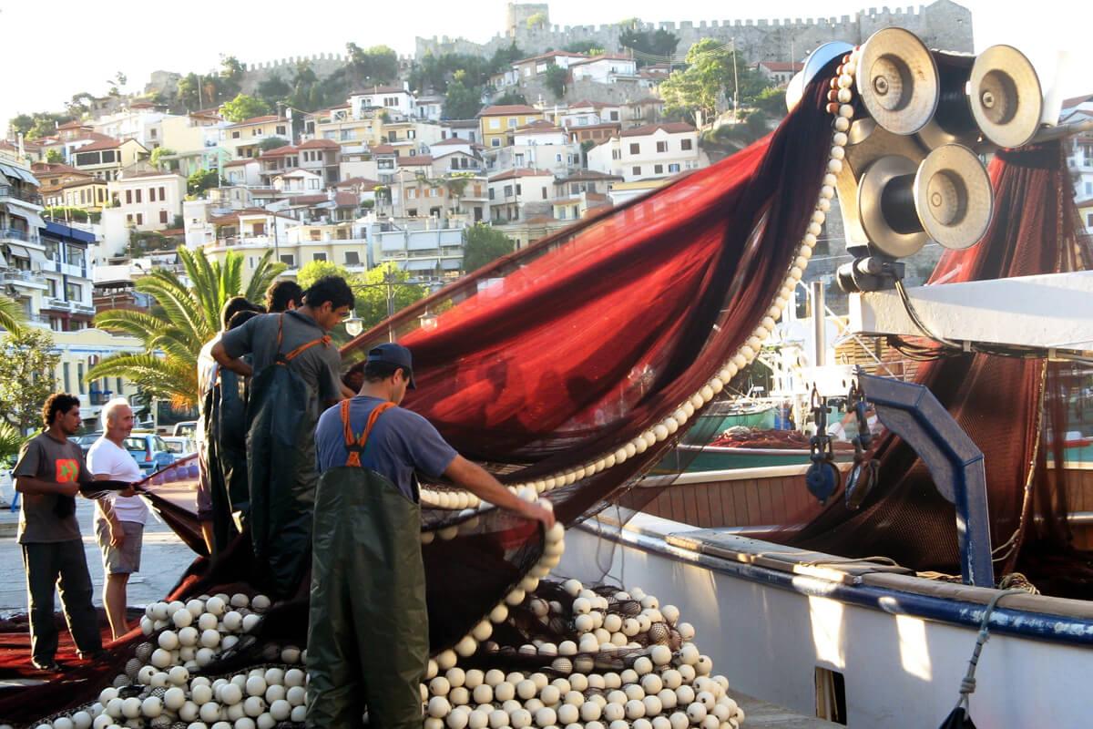 Рыбаки в порту Кавалы, фотография Элефтерии Цакириду