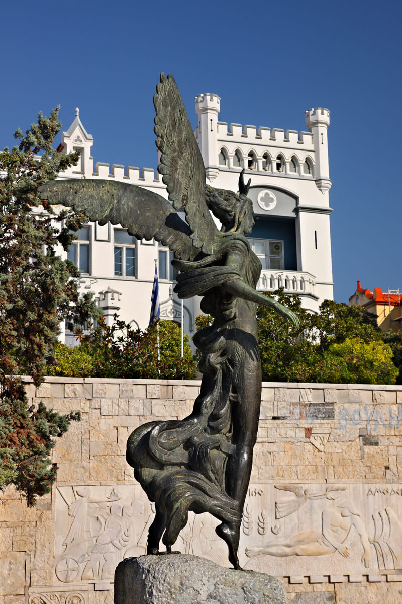 Статуя Победы и Муниципалитет Кавалы, фотография Ираклиса Миласа